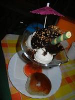 Coppa Ciocco Cocco - gelato cocco, gelato fior di latte, panna, cioccolata calda, noccioline, granella di amaretto - La Piazzetta - 1 settembre 2012   - Balestrate (838 clic)