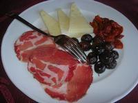 antipasto: capicollo, olive, formaggio fresco e pomodori secchi - Baglio Arcudaci - 27 maggio 2012  - Bruca (473 clic)