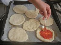 pizzette preparazione pizzette - Progetto Continuità - I.C. Pascoli - 10 gennaio 2012  - Castellammare del golfo (573 clic)