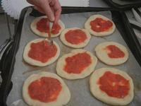 pizzette preparazione pizzette - Progetto Continuità - I.C. Pascoli - 10 gennaio 2012  - Castellammare del golfo (1065 clic)