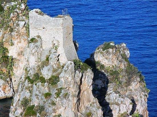torre di avvistamento e faraglioni - Scopello - inserita il 21-Aug-17