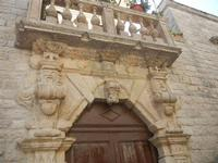 portone e balcone  - particolari architettonici - 12 agosto 2012  - Erice (376 clic)