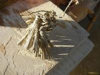mini scope di giummara intrecciate dal poeta incisore Peppe Genna - Imbarcadero per l'Isola di Mozia - 19 febbraio 2012  - Marsala (630 clic)
