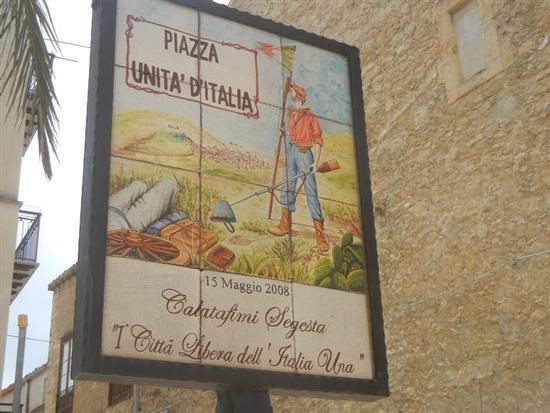 Piazza Unità d'Italia - insegna - CALATAFIMI SEGESTA - inserita il 30-Jul-14