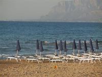 Spiaggia Plaja - sdraie ed ombrelloni in riva al mare - 6 giugno 2012  - Castellammare del golfo (238 clic)