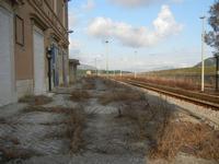 ex stazione ferroviaria binario, marciapiedi e panorama - 4 marzo 2012  - Bruca (1078 clic)