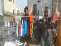 noi . . . riflessi in vetrina - 29 aprile 2012  - San vito lo capo (1293 clic)