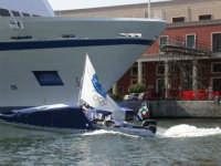 04.08.2004 - giro del mediterraneo su 2 gommoni con la bandiera olimpica - entrata al porto di Paler
