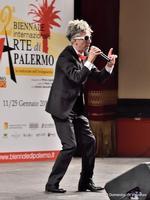 Giovanni Cangialosi Comico palermitano, in una sua performance, in occasione della Seconda Biennale