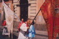 Domenica di pasqua incontro in piazza Annunziata tra i portastendardo delle confraternite del SS. Sacramento (rosso) e dell'Annunziata (celeste).(Nino Pastanella 2002)   - Biancavilla (6734 clic)