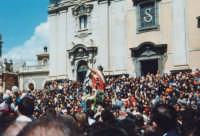 Domenica di Pasqua ('a Paci)incontro in piazza Collegiata, tra il Risorto e la Madonna (Alfredo Catalfo - 1998).  - Biancavilla (6840 clic)