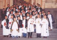 Arciconfraternita Maria SS. del Rosario (fondata nel 1682) prima della processione del Venerdì Santo (i Tri Misteri)-(Alfio Asero - 2004).  - Biancavilla (7520 clic)