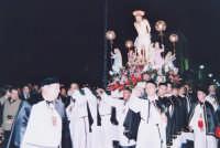 Rientro con l'annacata del Cristo alla Colonna (Venerdì Santo) portato a spalla dai confrati del Rosario.  - Biancavilla (5660 clic)