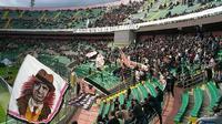 Curva Nord  Lo Stadio Renzo Barbera noto anche come lo stadio della Favorita dall'omonimo parco, sebbene la struttura sia un po' vecchia , l'atmosfera è incredibile tra cori e grida. Progettato dall'ingegniere G. Battista Santangelo nel 1931 e completato nel 1932, nel 1990 ospitò i mondiali.   - Palermo (1871 clic)