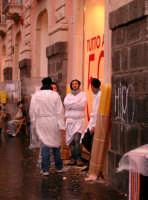 Devoti in attesa dell'uscita, di Sant'Agata  - Catania (2456 clic)