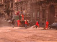 Lavoratori che spargono sabbiatura in via etnea prima dell'inizio della festa.  - Catania (2417 clic)