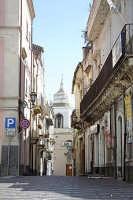 Viuzza con la cupola della piccola chiesetta Madonna della scala sita a Paterno' nei pressi della piazza.   - Paternò (3689 clic)