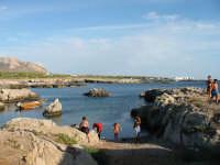 I bagnanti della costa  - Favignana (4516 clic)