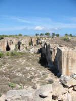 Cave di tufo abbandonate.In alcuni casi ,riutilizzate per insediamenti abitativi o alberghieri  - Favignana (6747 clic)