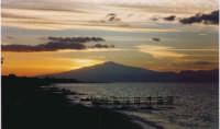 Splendido tramonto dietro il vulcano  fotografato da Reggio Calabria.   - Etna (5298 clic)