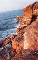 Cala Rossa con la particolarità della striatura bianca e rossa delle sue rocce   - Terrasini (5405 clic)