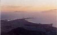 Trapani fotografata dalla strada che porta ad Erice, sullo sfondo le isole Egadi e i colori di un timido tramonto  - Trapani (4208 clic)