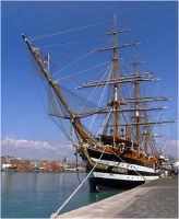 Catania Il Porto.All'ancora la Nave Scuola della Marina Militare Italiana AMERIGO VESPUCCI MAGGIO 2004  - Catania (11603 clic)