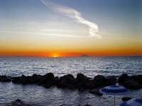 L'isola di Stromboli al tramonto ripresa dalla costa calabra (Tropea)  - Stromboli (8470 clic)
