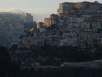 Ragusa Ibla al tramonto, velata da una leggera foschia. La luce è incerta, pallida.  - Ragusa (3589 clic)