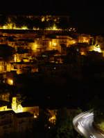 Ragusa Ibla in notturna. I tempi della foto sono lunghi, per lasciare impresse le poche e vivide luci di chiese e abitazioni.  - Ragusa (3515 clic)