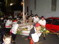 5 dicembre - Vigilia di S. Nicola I pescatori tirano la barca da Castelluccio a Piazza Castello.  - Villafranca tirrena (4621 clic)