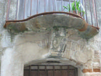antico balcone con cagnolo  - Serro di villafranca tirrena (8645 clic)
