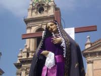 Un particolare del simulacro dell'Addolorata con alle spalle la Basilica con il campanile Sada.by vincvent  - Biancavilla (4272 clic)