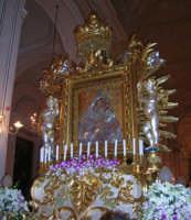 Madonna dell'Elemosina sul fercolo maggiore per la processione della sera del 4 ottobre.  Interno Basilica. by g. stissi 4 ottobre 2004  - Biancavilla (2457 clic)
