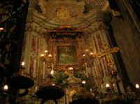 Altare della Madonna dell'Elemosina principale patrona e protettrice della città di Biancavilla. Interno Basilica. by Associazione Maria SS. dell'Elemosina 4 ottobre 2004  - Biancavilla (2389 clic)