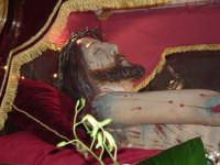 Il Cristo morto, uno dei sette simulacri dei Tri Misteri, la processione serale del Venerdì santo. Il Cristo morto è opera del biancavillese Placido Portal è custodito nella settecentesca cappella dei santi Patroni all'interno della Basilica Santuario Maria SS. dell'Elemosina ed è portato in processione il Venerdì Santo dall'arciconfraternita del SS. Sacramento.  - Biancavilla (2734 clic)