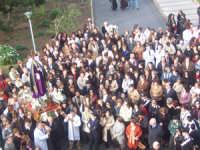 Simulacro della Vergine Addolorata giunto all'ospedale cittadino. Particolare con tutta la folla (by v.v. 2005)  - Biancavilla (3930 clic)