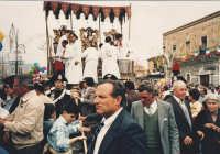 Il fercolo (vara) dei santi all'uscita del santuario ogni anno il 10 maggio alle ore 13 .  - Trecastagni (4339 clic)