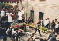 Il fercolo dei santi tirato dai devoti  sulla salita che porta alla chiesa madre .  - Trecastagni (4045 clic)