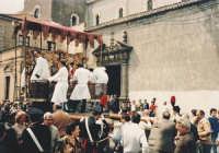 Il fercolo dei santi nella piazzetta antistante la chiesa madre .  - Trecastagni (4997 clic)
