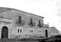 La masserie di San Lorenzo Nuovo Particolare dell'ingresso...sulla destra le finestre di un palmento...  - San lorenzo (4330 clic)