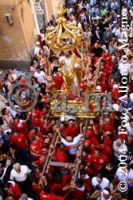 Festa del SS. Salvatore. I fedeli portano in spalla il Patrono.  - Militello in val di catania (5174 clic)