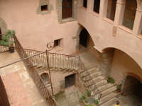 Castello, cortile. All'interno del Castello di Castelbuono si trova la cappella che custodisce la reliquia di Sant'Anna, patrona della città.  - Castelbuono (5555 clic)