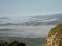 Panorama. Nebbia sulla vallata sotto Enna, capoluogo di provincia più alto d'europa.  - Enna (3756 clic)