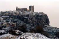 Dicembre 1988 - Motta S.Anastasia - Nevicata a bassa quota. Vista del Castello Normanno dalla parte sud.  - Motta sant'anastasia (11213 clic)