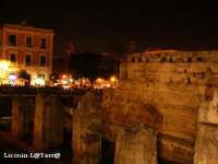 Colonne mozzate e resti del muro della cella, Tempio di Apollo in notturna. Esso rappresenta il più antico tempio dorico dell'Occidente greco, risale agli inizi del VI sec. a.C.  - Siracusa (3387 clic)