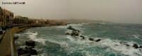 Lungomare di Levante di Ortigia con il mare mosso e sullo sfondo avvolta da una leggera nebbia, Siracusa  - Siracusa (4392 clic)