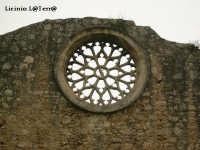 Particolare del prospetto principale della Chiesa di S. Giovanni alle Catacombe, il rosone Normanno  - Siracusa (1894 clic)