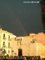 L'arcobaleno ad Ortigia attraverso la Porta della Marina e la cupola della Chiesa del Collegio  - Siracusa (1970 clic)