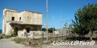 Il rudere della stazione ferroviaria della tonnara di Santa Panagia. Vecchia tratta della ferrovia che porta a Siracusa, vicino alla Tonnara di S. Panagia  - Siracusa (9131 clic)